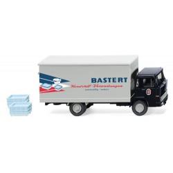 """Magirus 100 D7 camion fourgon """"Baster"""" avec portes et ouvrantes et chargement de six caisses"""