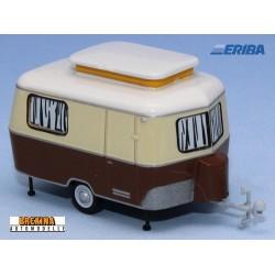Caravane Eriba beige et brun en position arrêt (1960)