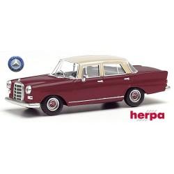 """MB 200 (W108 - 1965) berline 4 portes """"Heckflosse"""" bordeaux à toit crème"""