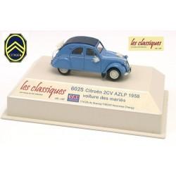 Citroen 2cv AZLP 1958 bleu glacier voiture des mariés avec des fleurs