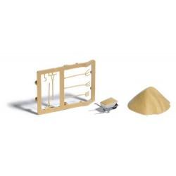 Set de chantier : tas de sable, brouette et outils